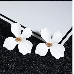 🌸$10 3/$25 WHITE KOREAN FLOWER STUD EARRING